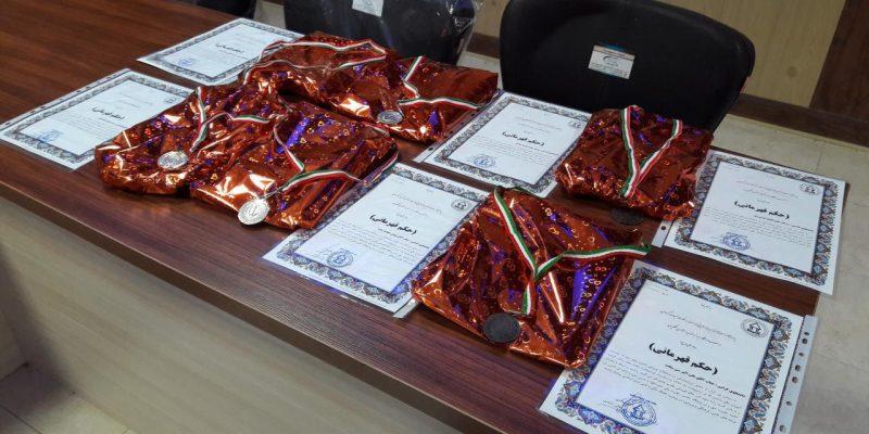 تجلیل از برگزیدگان مسابقات دانشجویی تنیس و دارت در جلسه شورای اداری دانشگاه